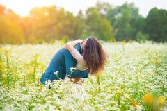 拥抱年轻人的夫妇域 库存图片