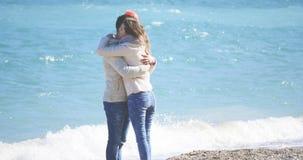 拥抱年轻人的夫妇 免版税图库摄影