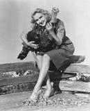 拥抱活火鸡的妇女画象(所有人被描述长期不活,并且庄园不存在 供应商保单那 免版税库存照片