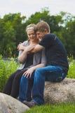 拥抱他的女朋友的微笑的人保持温暖 免版税库存图片