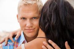拥抱他的女朋友的浪漫英俊的人 免版税图库摄影