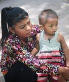 拥抱他的母亲的越南少数孩子 免版税库存图片