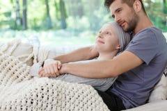 拥抱他的妻子的丈夫 免版税图库摄影