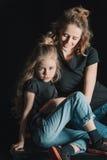 拥抱黑色的微笑的母亲女儿 库存图片