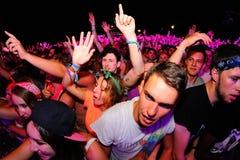 拥挤与音乐的跳舞在小谎节日 库存照片