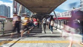 拥挤亚洲人步行定期流逝在公开人行道的 通勤者生活方式,亚洲城市生活,运输概念 股票录像