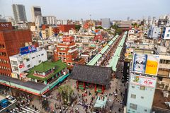 拥挤人俯视图Sensoji寺庙的著名寺庙在东京,日本从A观看了 免版税库存图片