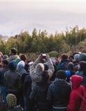 拥挤人民为在新年与树的` s天黎明的黎明射击在背景中在老虎小山,大吉岭 免版税库存图片