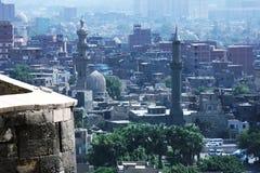 拥挤伊斯兰教的开罗高看法在埃及在夏天 免版税库存照片