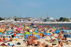 拥挤公开海滩在波罗的海的格丁尼亚 免版税库存图片