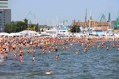 拥挤公开海滩在波罗的海的格丁尼亚 免版税库存照片