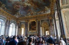 拥挤凡尔赛宫内部 免版税库存照片