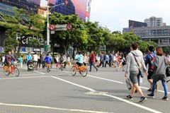 拥挤十字架街道对角地在台北中心街道视图  免版税库存照片