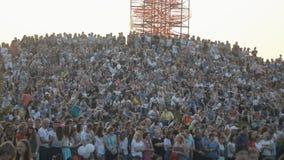 拥挤和站立坐在音乐露天节日的小山 股票录像
