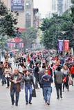 拥挤在一个商业区域,重庆,中国 库存图片
