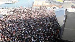 拥挤在一个音乐节的一个音乐会在巴塞罗那,春天2013年 股票视频
