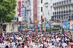 拥挤在南京路购物街道,上海,中国 免版税图库摄影