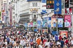 拥挤在南京路购物街道,上海,中国 免版税库存照片