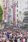 拥挤在南京路购物街道,上海,中国 免版税库存图片