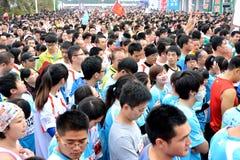 拥挤在国际马拉松在厦门,中国, 2014年 库存照片