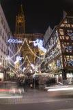 拥挤在圣诞节市场上在史特拉斯堡,法国 免版税库存照片