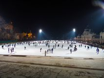 拥挤在室外滑冰场在夜之前在布达佩斯 库存照片
