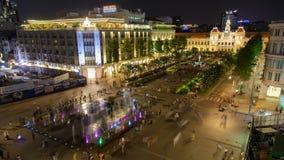 拥挤在有雕象的胡志明,越南timelapse阮惠步行街道上 股票录像