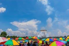 拥挤在等待圈子火球火箭的五颜六色伞下离开对美丽的天空和云彩 com 免版税库存图片