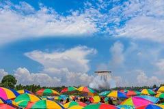 拥挤在等待圈子火球火箭的五颜六色伞下离开对美丽的天空和云彩 com 免版税库存照片