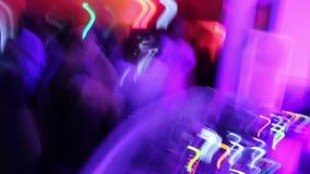拥挤在跳跃dj使用的夜总会跳舞 低fps射击 影视素材
