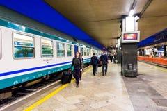 拥挤在主要火车站,终点,在罗马,意大利 免版税库存图片