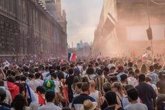 拥挤在Rue de Rivoli在去香榭丽舍大街的巴黎在2018年世界杯决赛比赛以后 免版税库存照片