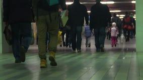 拥挤地下段落,走在地铁站的人们,慢动作 股票视频