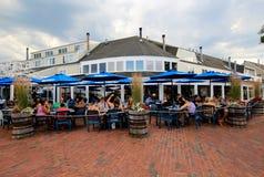 拥挤室外露台,小餐馆在沿海马萨诸塞 免版税库存照片
