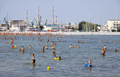 拥挤市政海滩在格丁尼亚,波罗的海,波兰 免版税库存图片