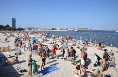 拥挤市政海滩在格丁尼亚,波罗的海,波兰 免版税库存照片