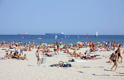 拥挤市政海滩在格丁尼亚,波罗的海,波兰 库存照片