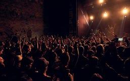 拥挤投掷的手在Respublica岩石节日的天空中 免版税图库摄影
