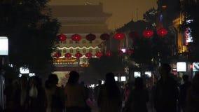 拥挤步行在唐人街,中国北京夜市场、纪念曲拱&灯笼 股票录像