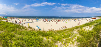 拥挤波罗的海海滩在Swinoujscie,波兰 免版税图库摄影