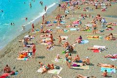 拥挤海海滩,克里米亚 库存照片