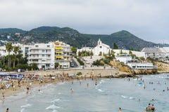 拥挤海滩在锡切斯,西班牙 库存照片