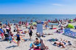 拥挤海滩在格丁尼亚,波罗的海,波兰 免版税库存照片