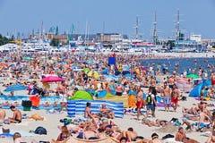 拥挤海滩在格丁尼亚,波罗的海,波兰 免版税库存图片