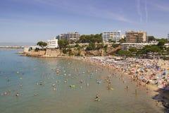 拥挤海滩在萨洛角,西班牙 库存照片