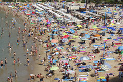 拥挤海滩在萨洛角,西班牙 免版税库存照片