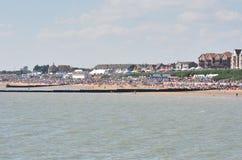 拥挤海滩在Clacton的飞行表演天从码头观看了 图库摄影