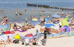 拥挤海滩在Dziwnowek,其中一个被参观的夏天斑点 库存图片
