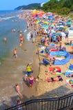 拥挤海滩Miedzyzdroje波兰 库存图片