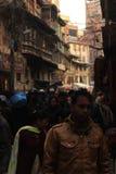 拥挤狭窄的胡同在加德满都,尼泊尔 图库摄影